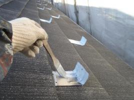 千葉県松戸市の屋根塗装工程の雪止めの下塗り(防錆プライマー)