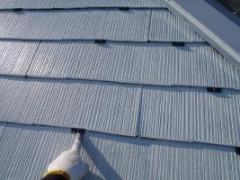 千葉県松戸市の屋根塗装工程の縁切り材の挿入(タスペーサー)