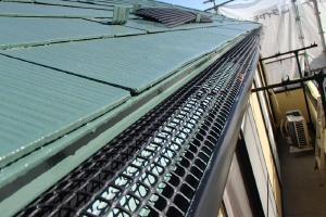 千葉県松戸市の屋根塗装工程の雨どいにネット設置